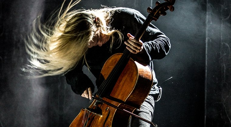 大提琴师演奏
