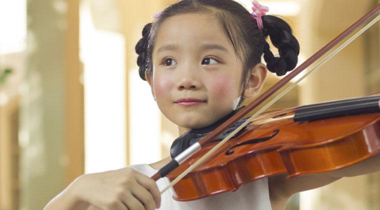 督促孩子练习小提琴