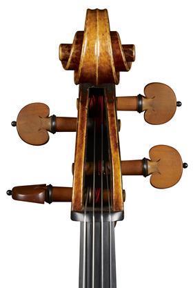 """1732 年左右的""""Pleeth""""斯特拉迪瓦里大提琴卷轴的正面视图,展示了 Carlo Bergonzi 的手"""