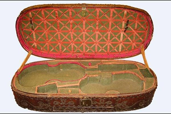 可装两支小提琴的琴盒内部